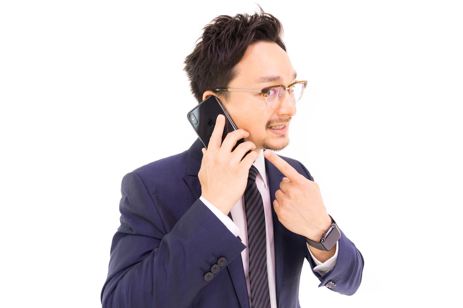 「「このスマートフォンですか? iPhone XS Max です」」の写真[モデル:Max_Ezaki]