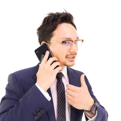 取引先との電話商談がうまくいったマーケターの写真