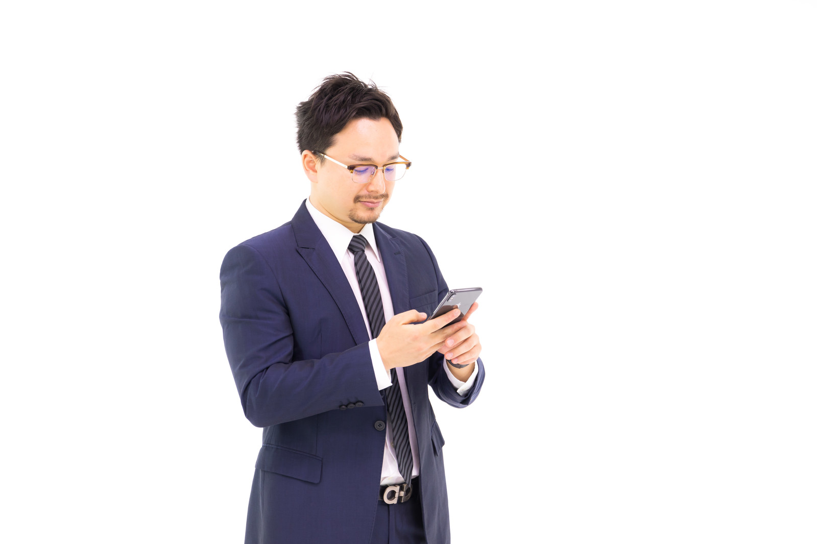 「グループ投稿に既読がつかない会社員」の写真[モデル:Max_Ezaki]