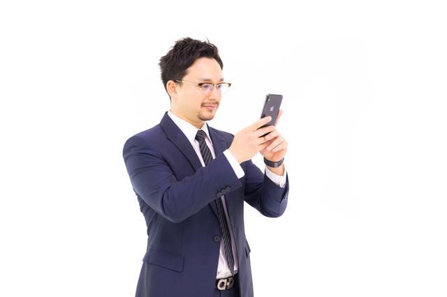 iPhone XS Max を弄るドイツ人ハーフの写真