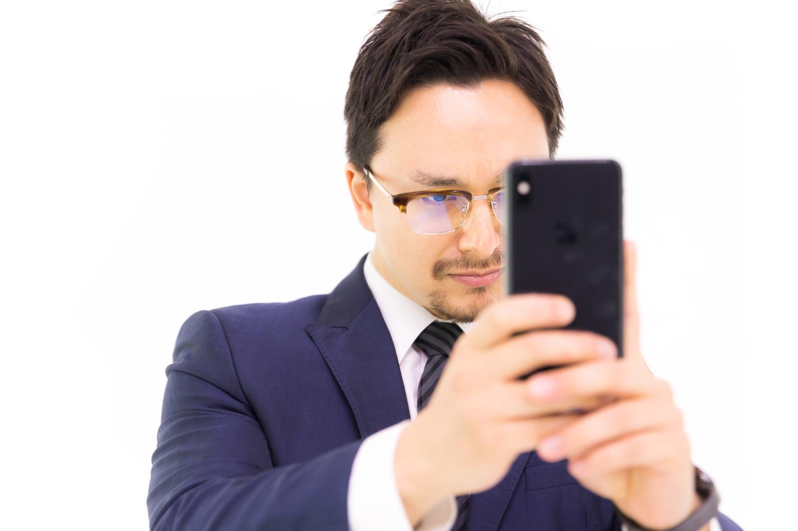 「iPhone XS Max で縦写真を撮る男性会社員」の写真[モデル:Max_Ezaki]