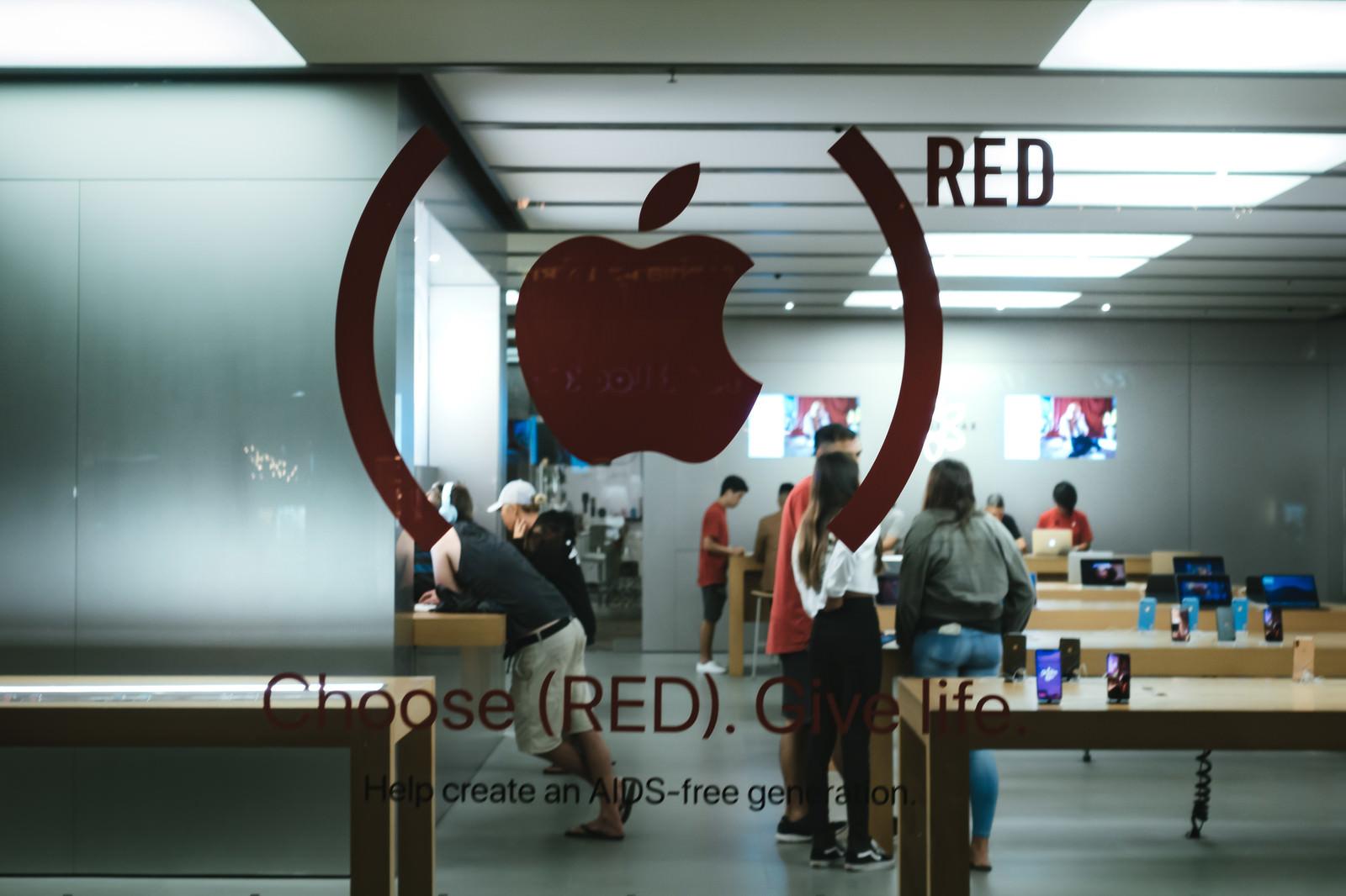 「赤いリンゴマークと店舗の様子」の写真
