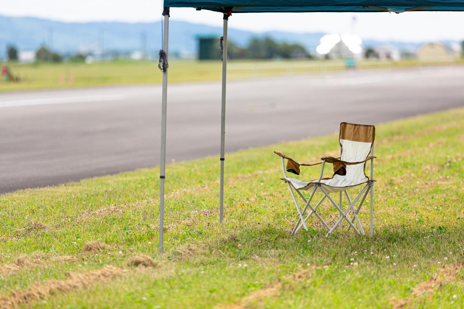 「日陰に置かれた椅子」の写真