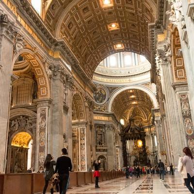 サン・ピエトロ大聖堂内と観光客の写真