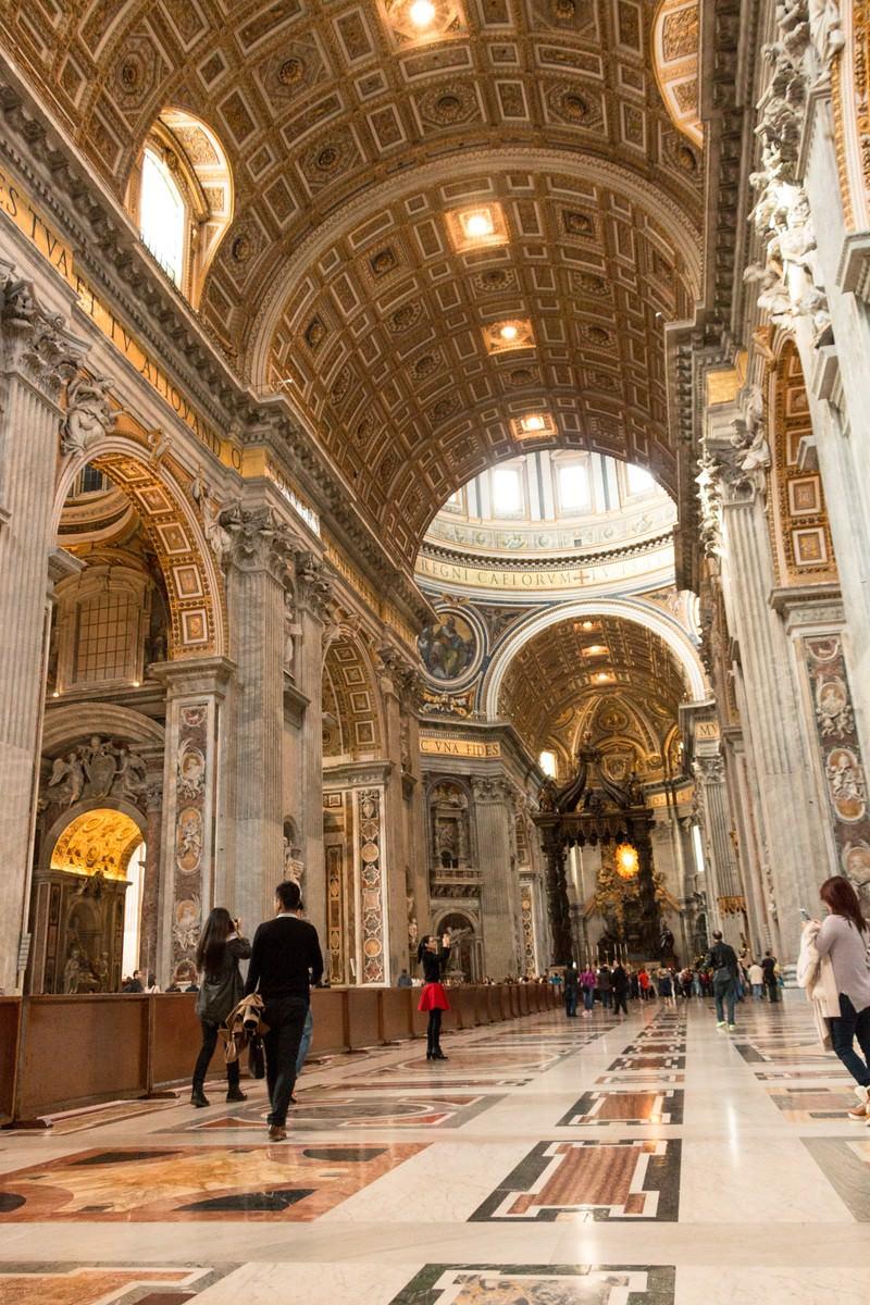 「サン・ピエトロ大聖堂内と観光客」の写真