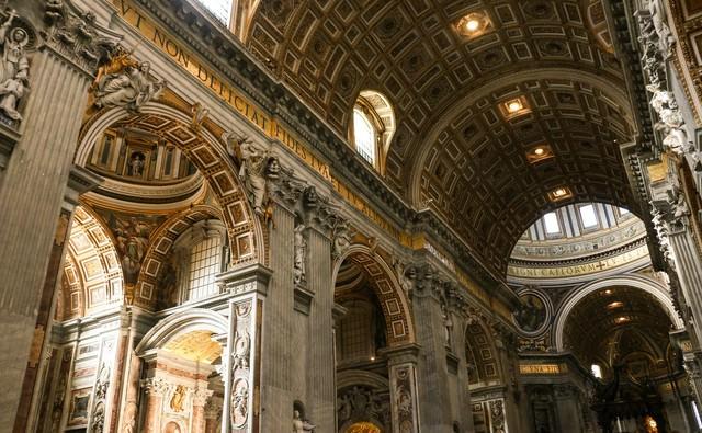 サン・ピエトロ大聖堂の屋内の写真
