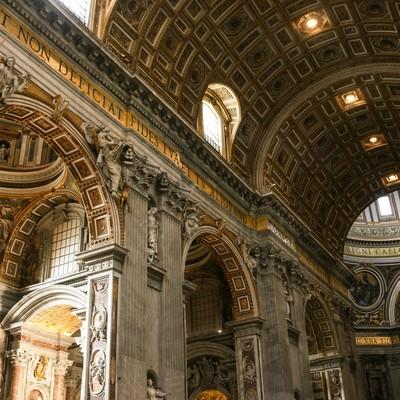 「サン・ピエトロ大聖堂の屋内」の写真素材