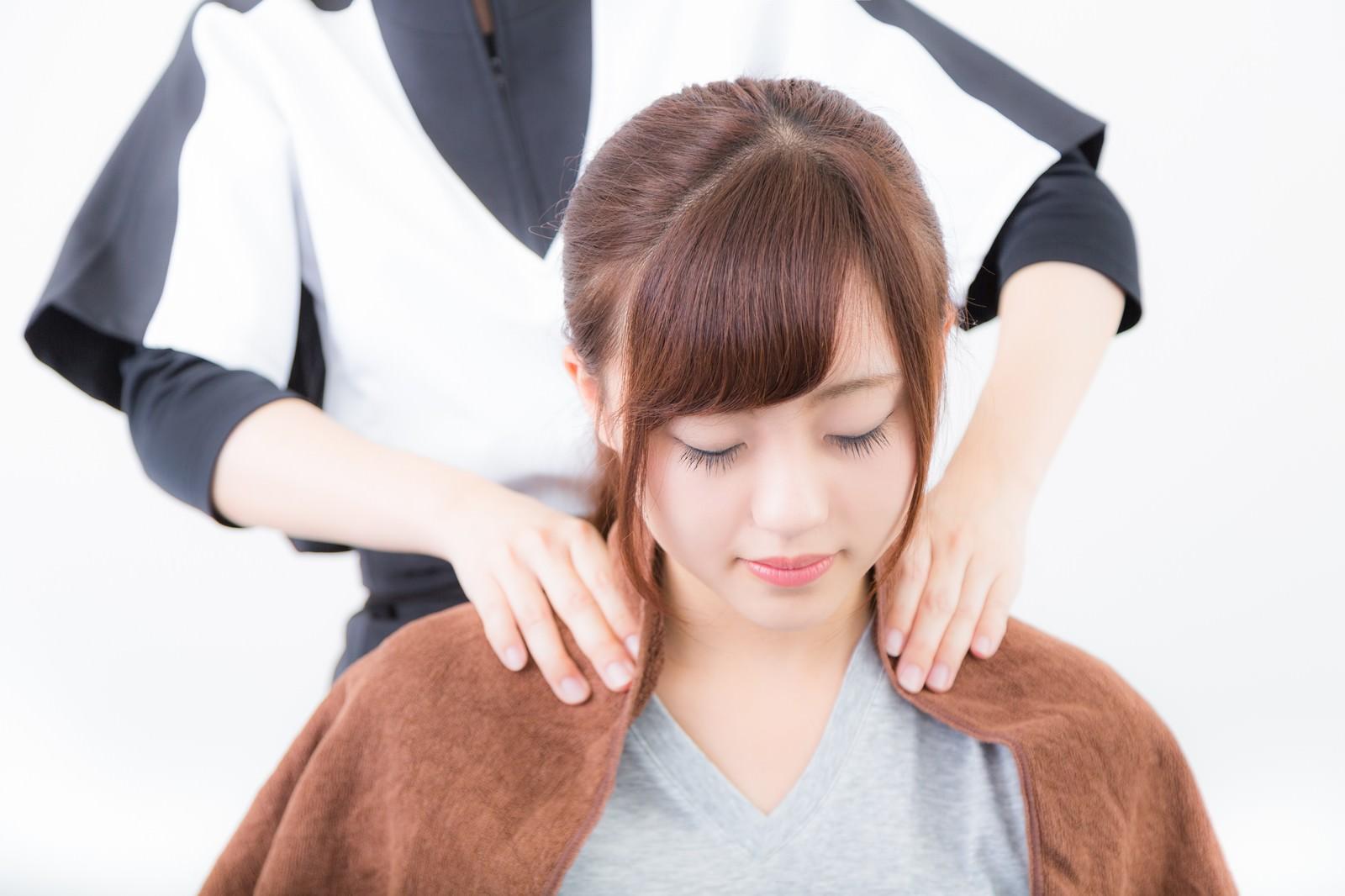 肩こりの施術を受ける女性