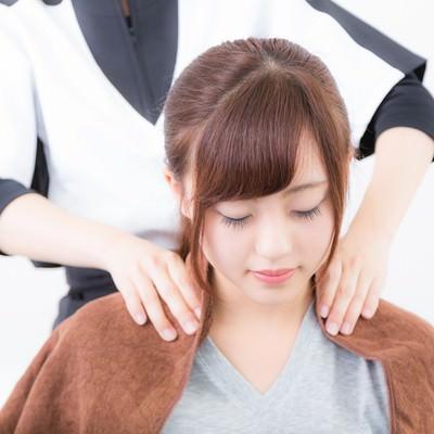 「肩をもみほぐす」の写真素材