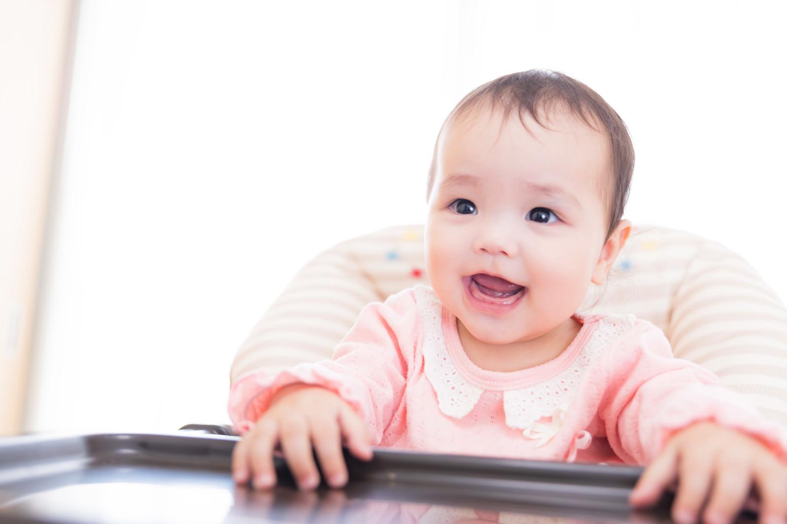 「離乳食タイムを待ち望む赤ちゃん」の写真[モデル:めぐな]