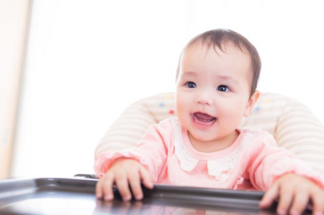 離乳食タイムを待ち望む赤ちゃんの写真
