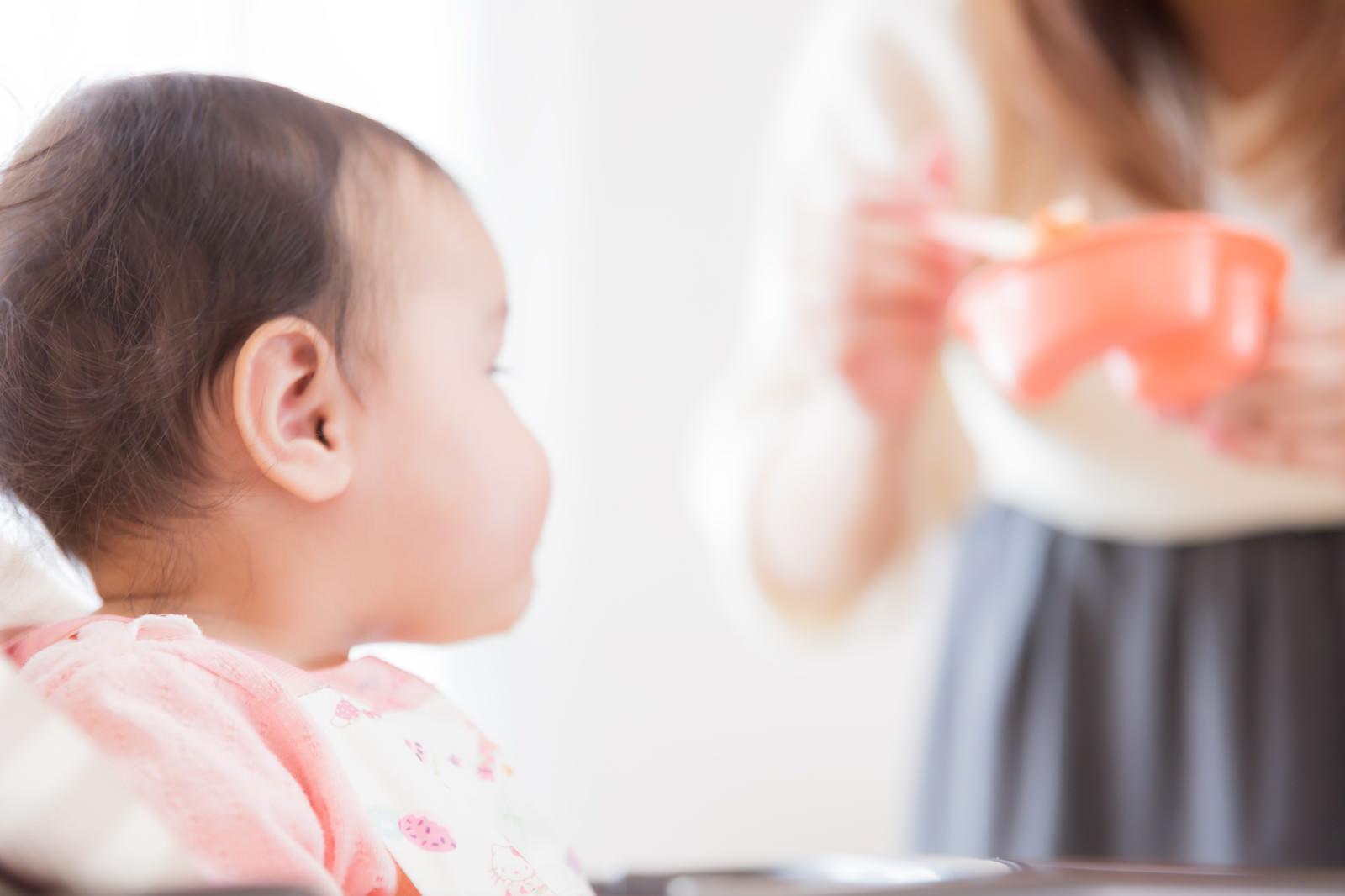 「離乳食に熱い視線を送る赤ん坊」の写真[モデル:めぐな]