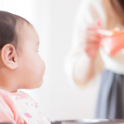 「離乳食に熱い視線を送る赤ん坊」の写真素材