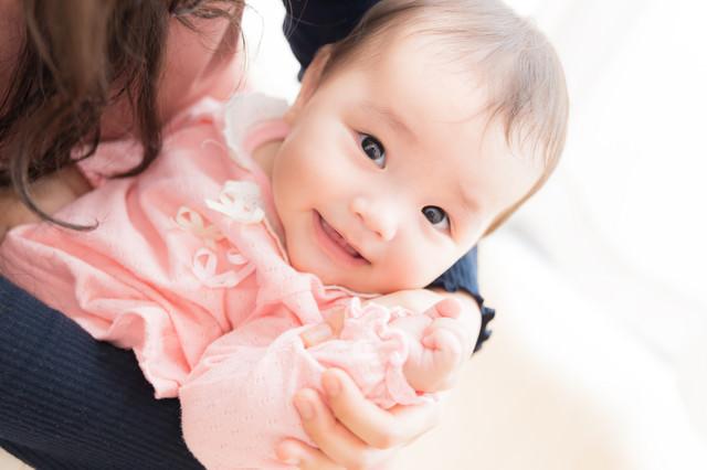 カメラを向けると精一杯盛ろうとする意識高い系ベビーの写真
