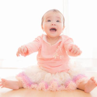 「駄々をこねる姿も可愛い乳幼児」の写真素材