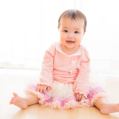 「遊んでほしいとこちらを見つめる乳幼児」の写真素材