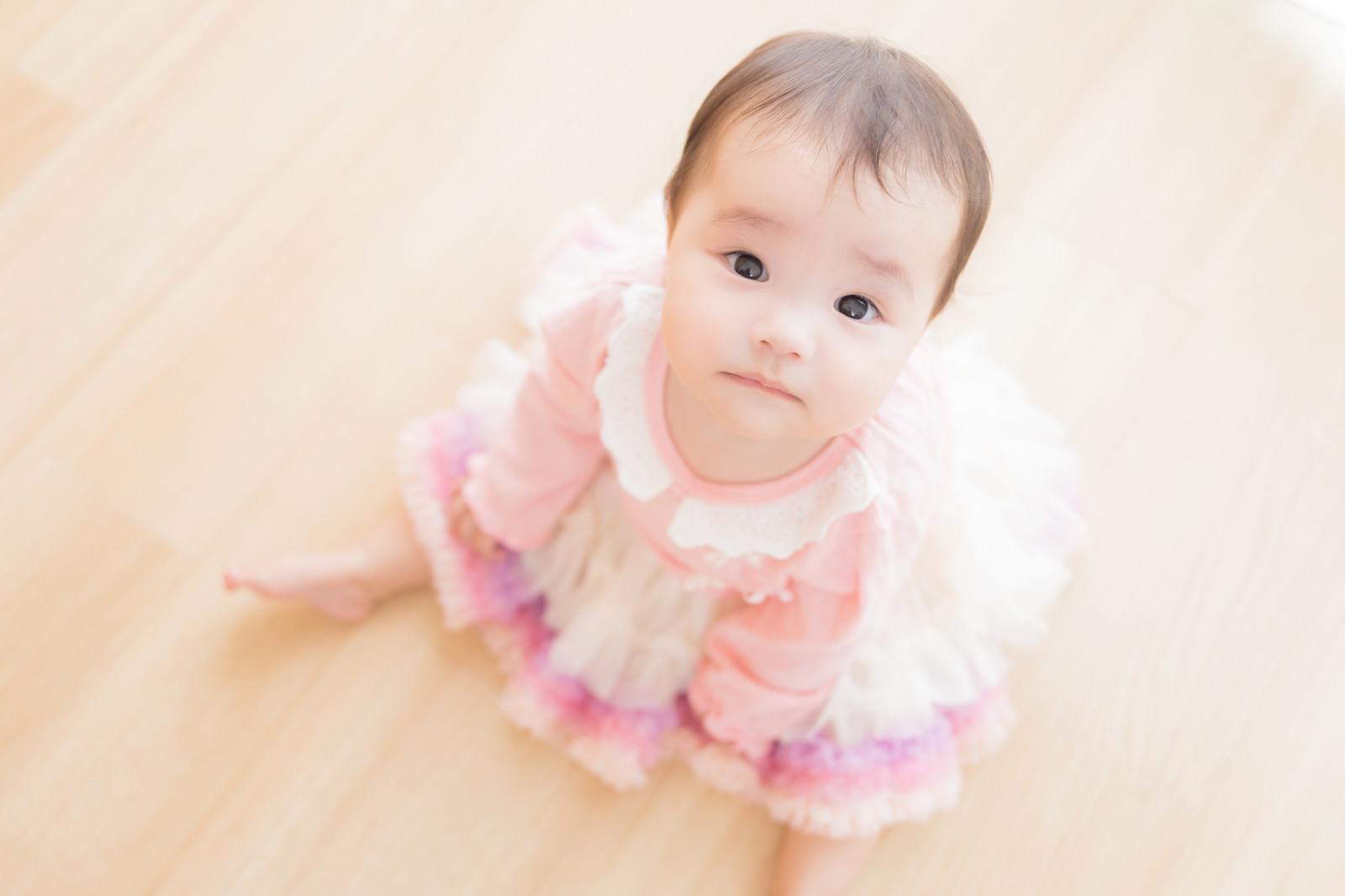 「ひとりぼっちは嫌だよー、行かないで(赤ちゃん)」の写真[モデル:めぐな]