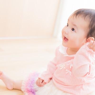 「大人には見えない何かと笑顔で対話する赤ちゃん」の写真素材