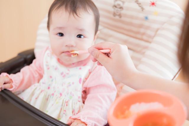 離乳食をなかなか食べてくれない愛娘の写真