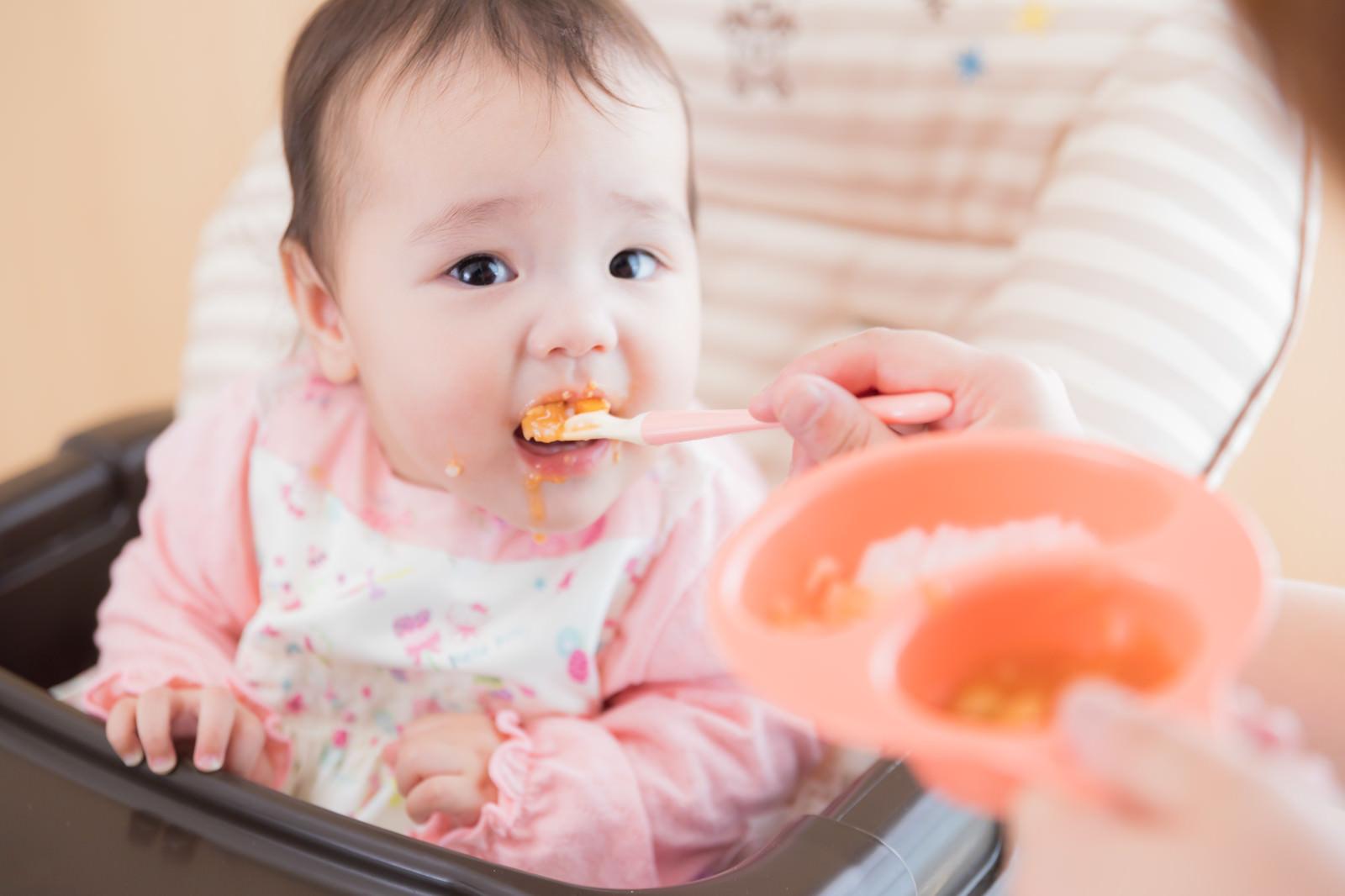 「離乳食を食べ始める生後7ヶ月」の写真[モデル:めぐな]
