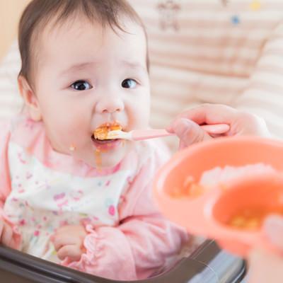 離乳食を食べ始める生後7ヶ月の写真