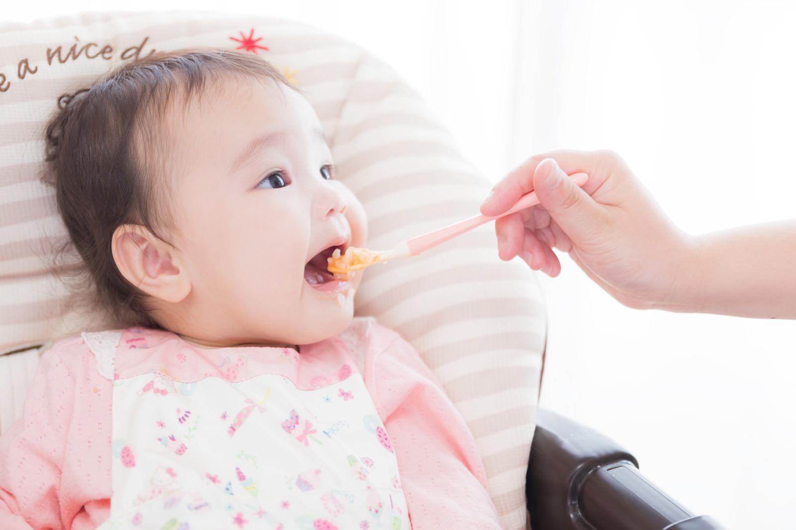 「大きなお口をあけて離乳食をあーん」の写真[モデル:めぐな]