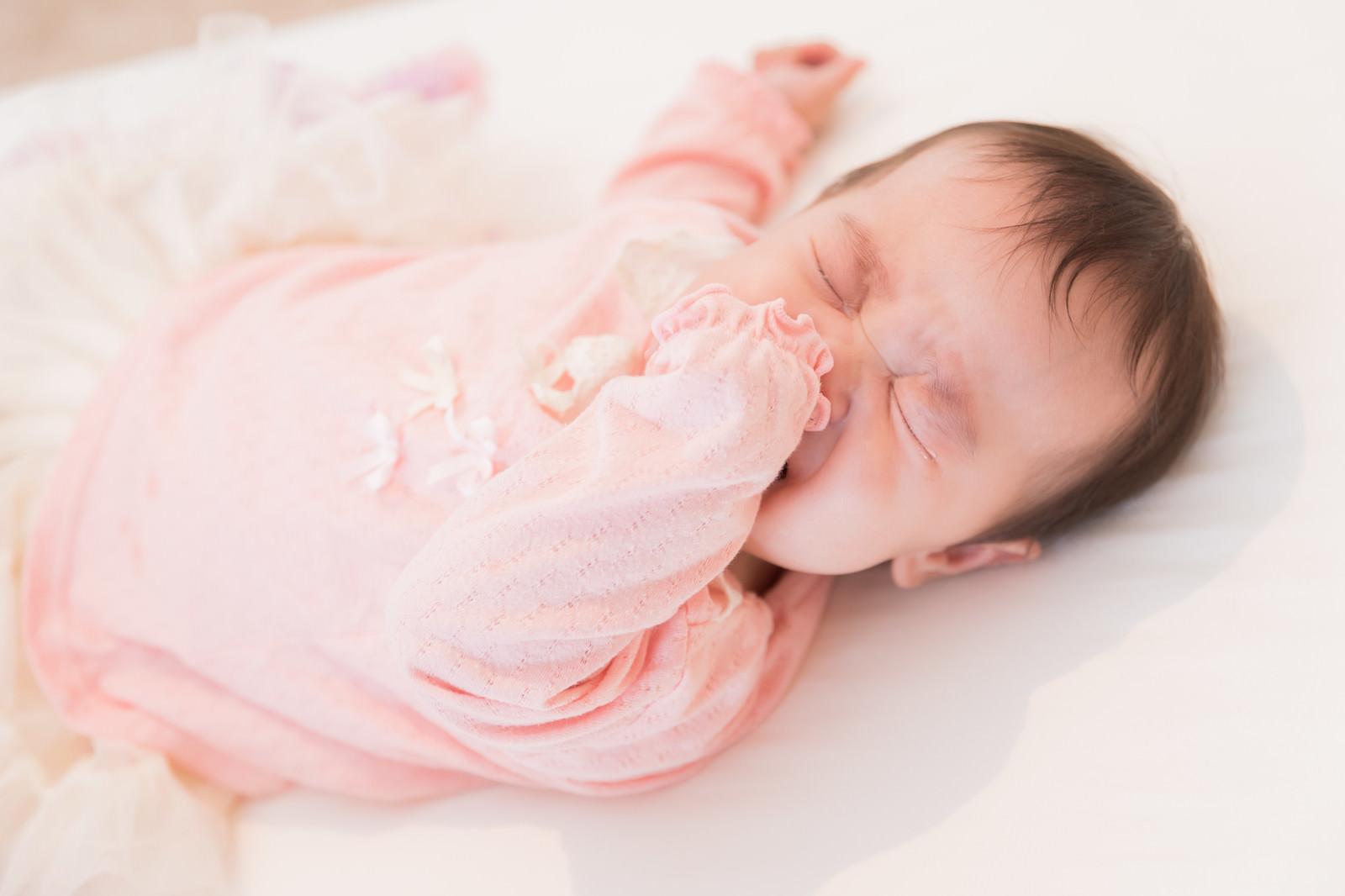 「赤ちゃんのぐずり泣く姿」の写真[モデル:めぐな]