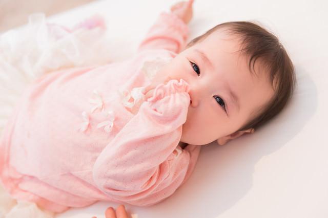 眠くてぐずり泣く赤ちゃんの写真