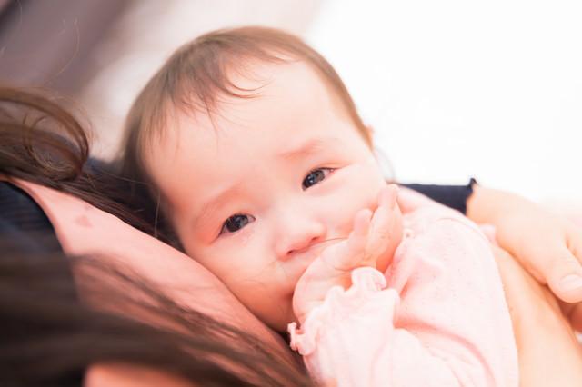 涙が溢れる赤ちゃんの写真