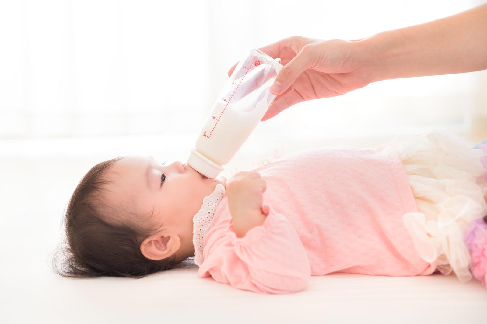 「哺乳瓶で泣き止ます親」の写真[モデル:めぐな]
