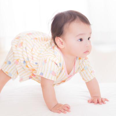 自力でたっち目前の赤ちゃんの写真