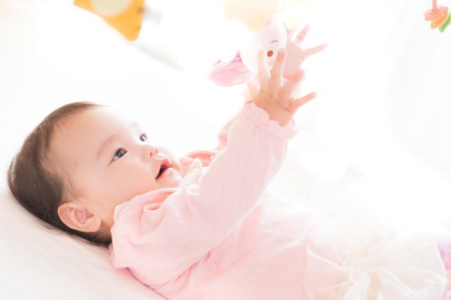 ベッドメリーでごきげんな赤ちゃんの写真