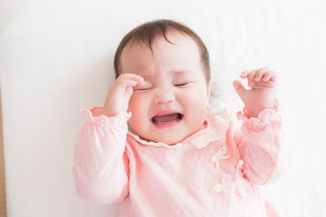 眠たくて仕方がない赤ちゃんの写真
