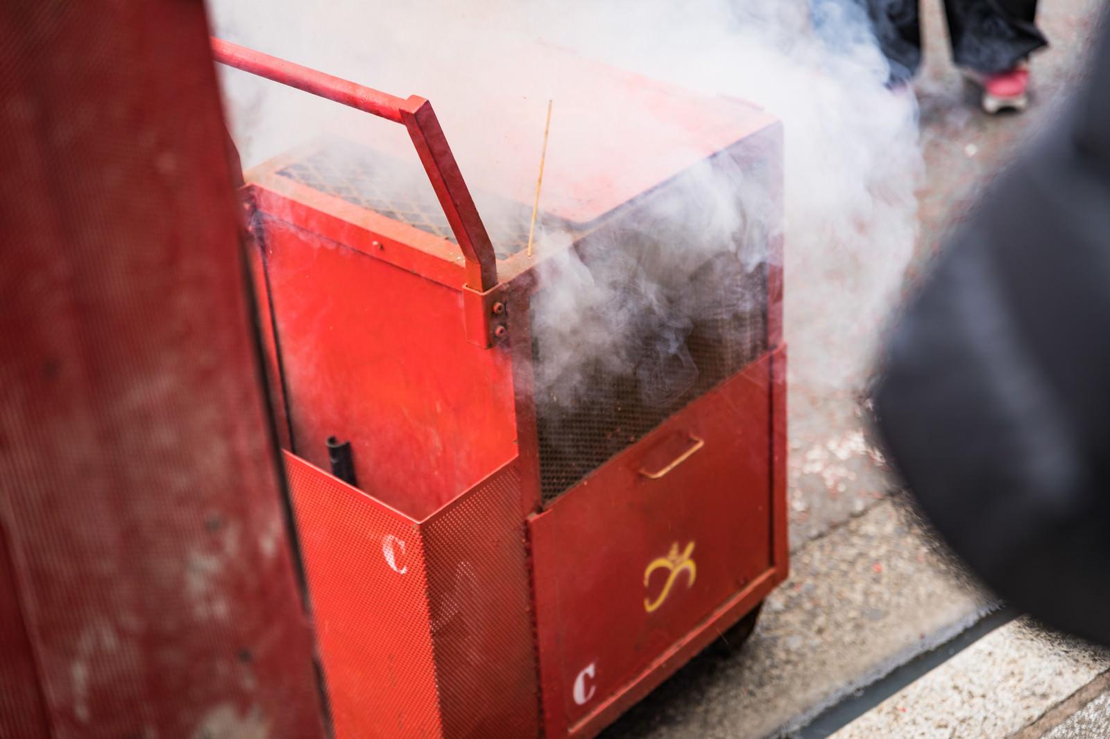 「煙が吹き上がる爆竹箱」の写真