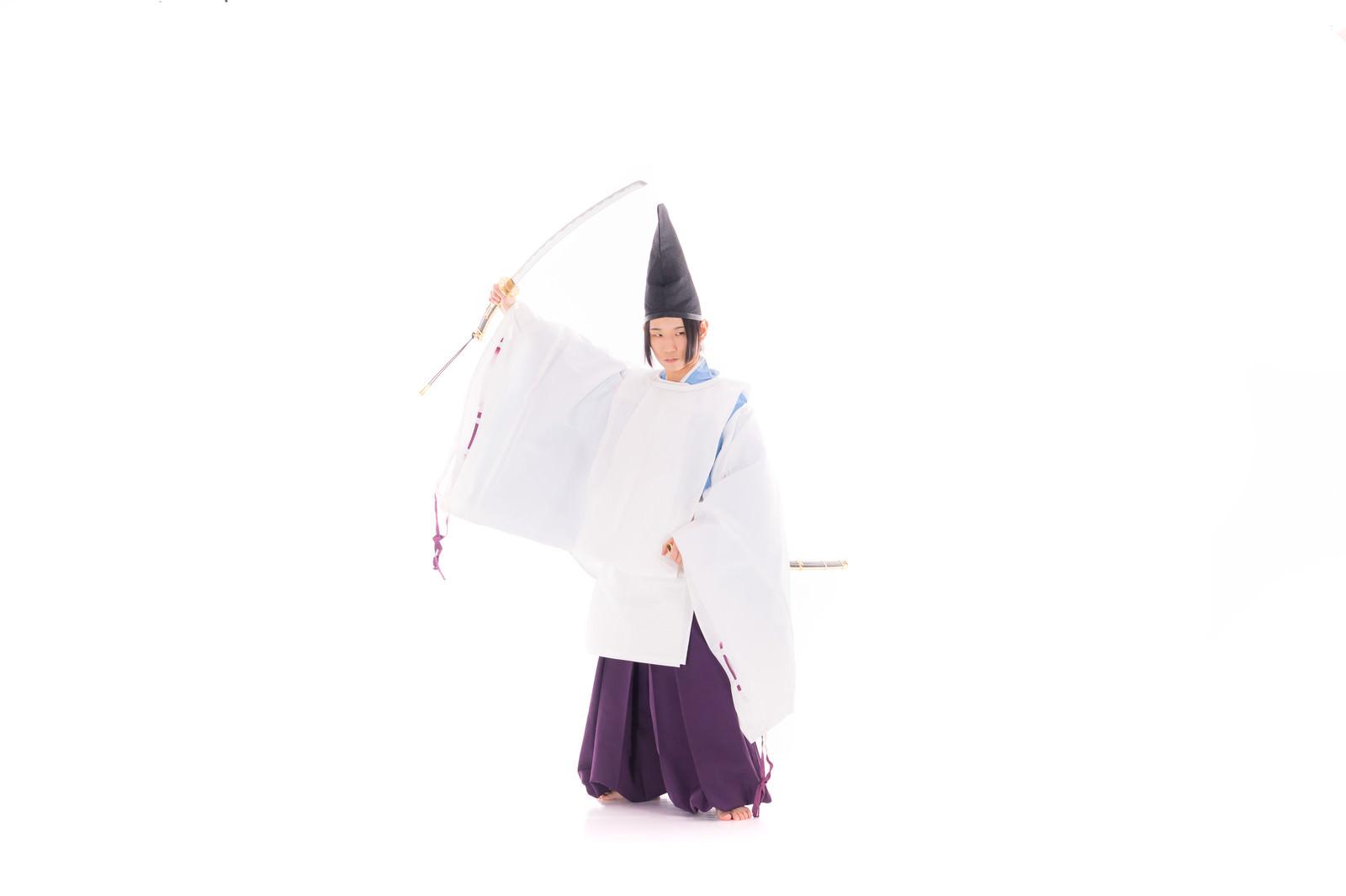 「太刀を振り上げる狩衣男子」の写真[モデル:まーこ]