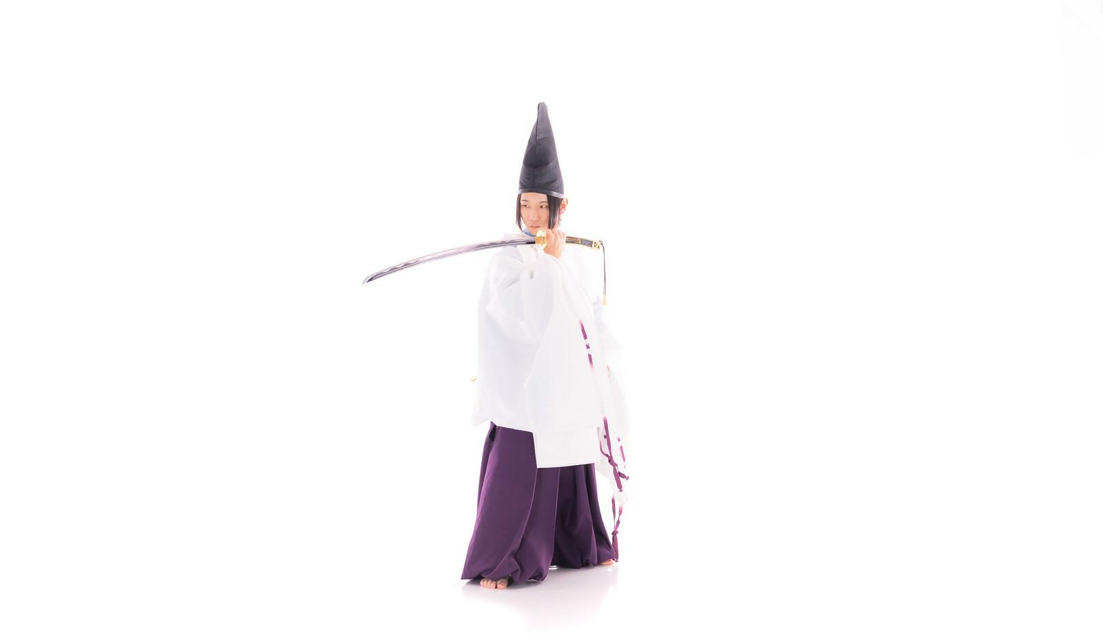 「狩衣(かりぎぬ)姿の剣士」の写真[モデル:まーこ]