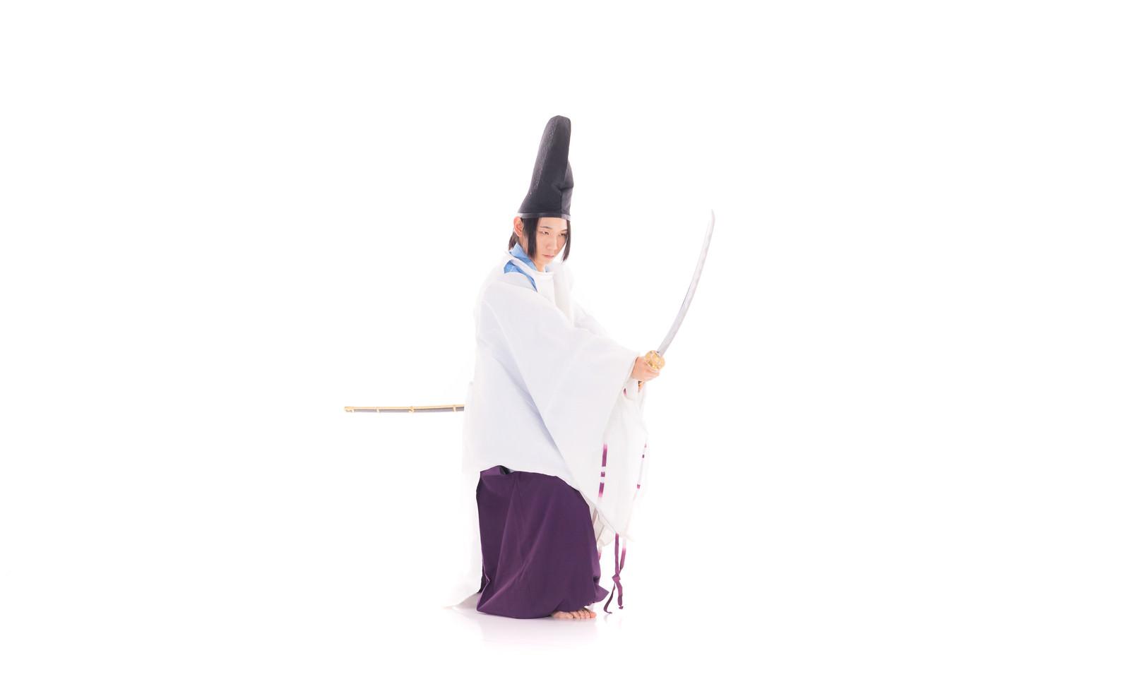 「刀を構える狩衣の陰陽師」の写真[モデル:まーこ]