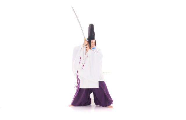 名刀で悪霊に立ち向かう陰陽師の写真
