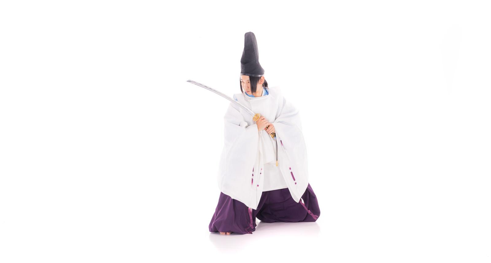 「日本刀を構える陰陽師の男性」の写真[モデル:まーこ]