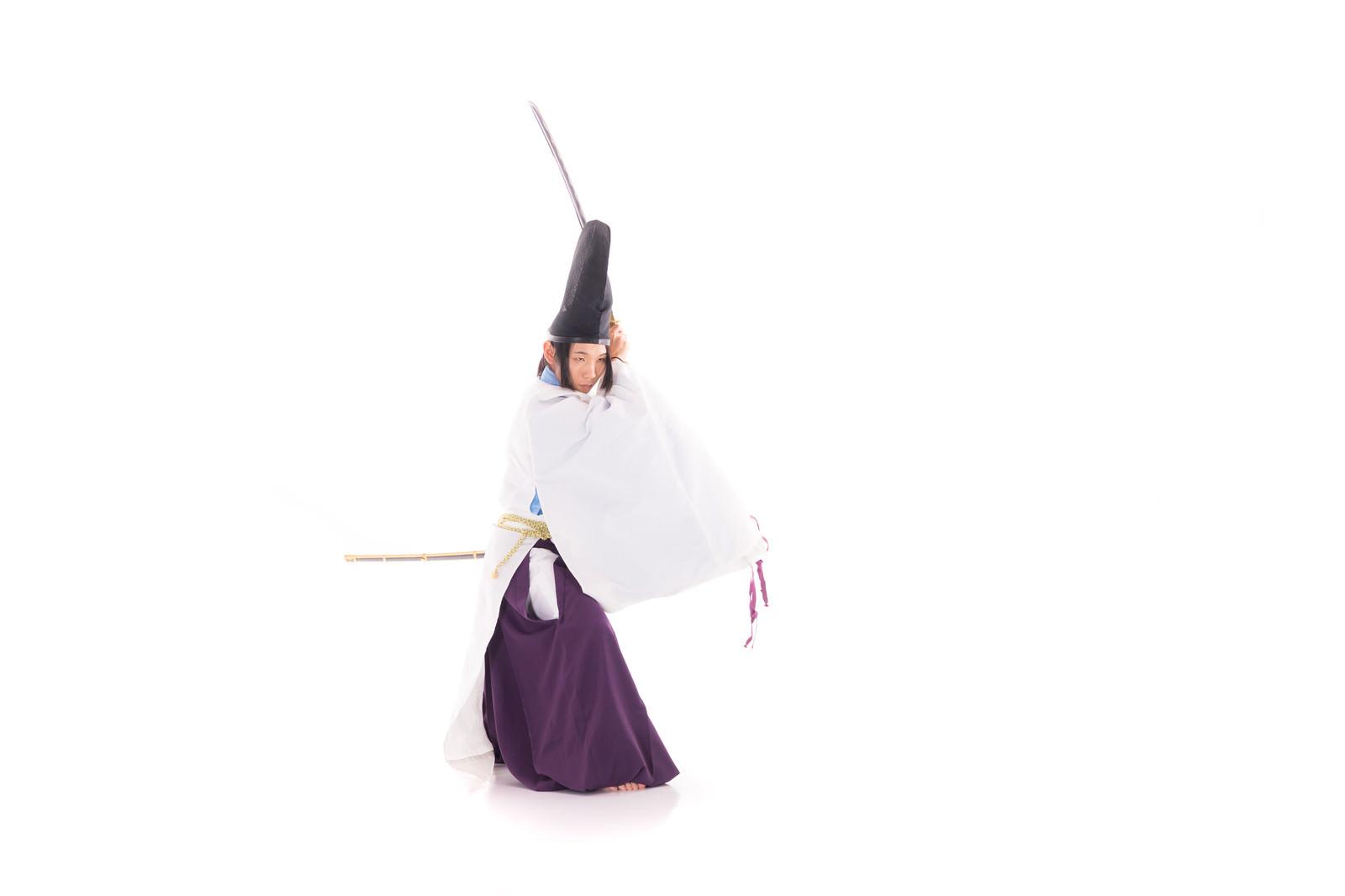 「刀を構える陰陽師」の写真[モデル:まーこ]