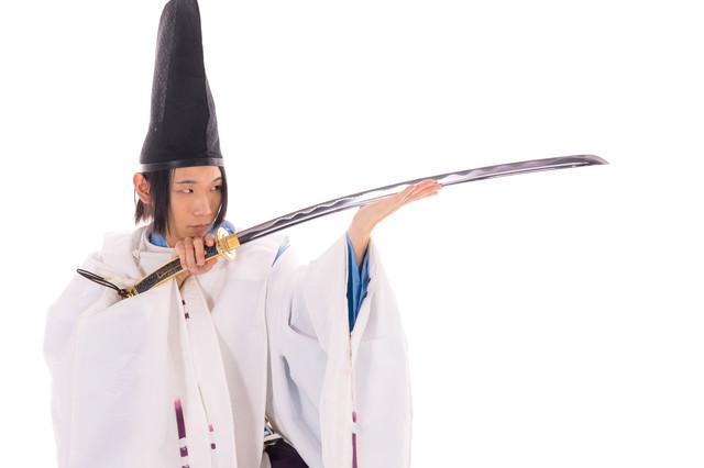 毛抜形太刀を見つめる陰陽師の写真
