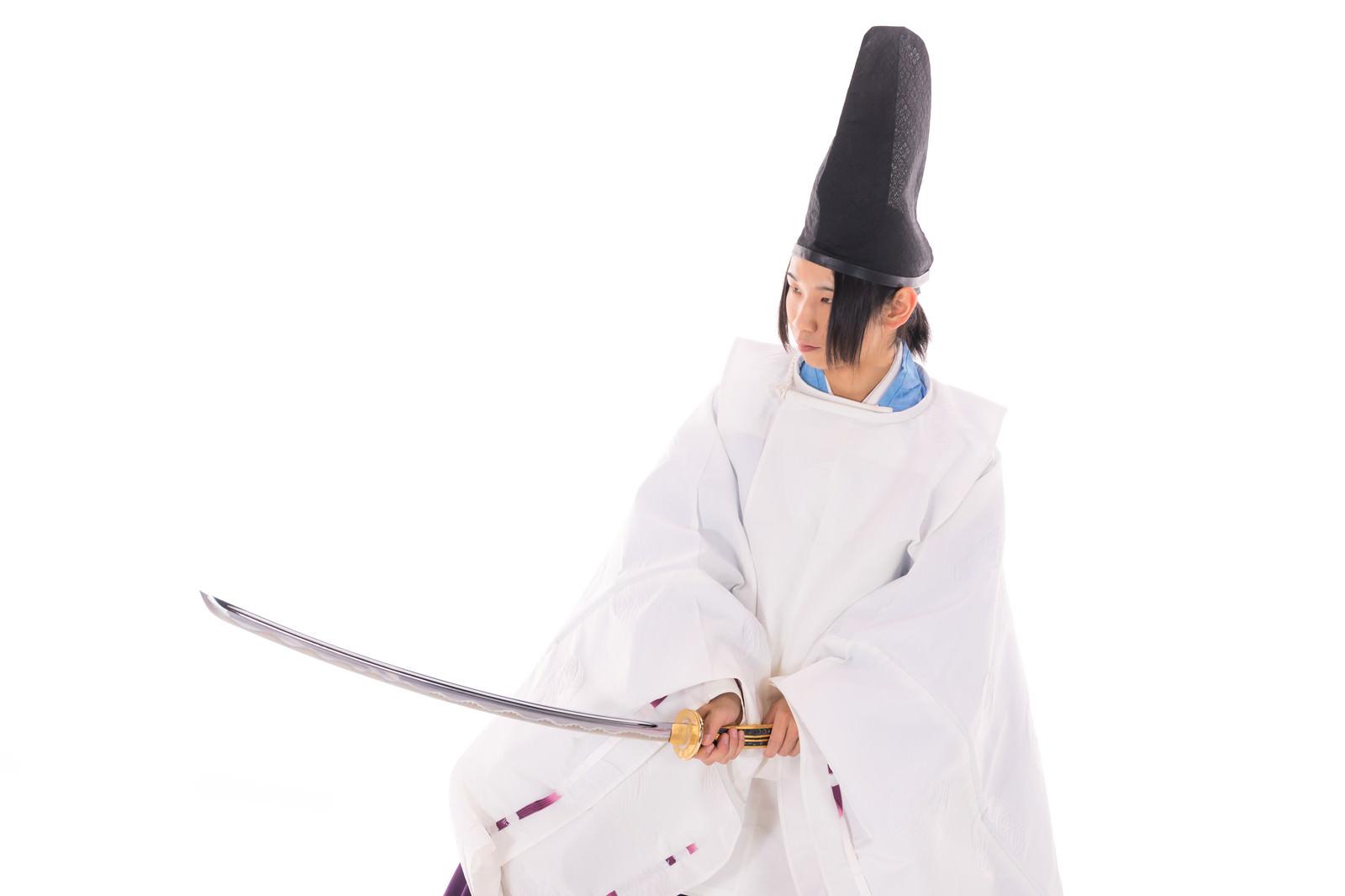 「刀を振りかざす狩衣姿の陰陽師」の写真[モデル:まーこ]