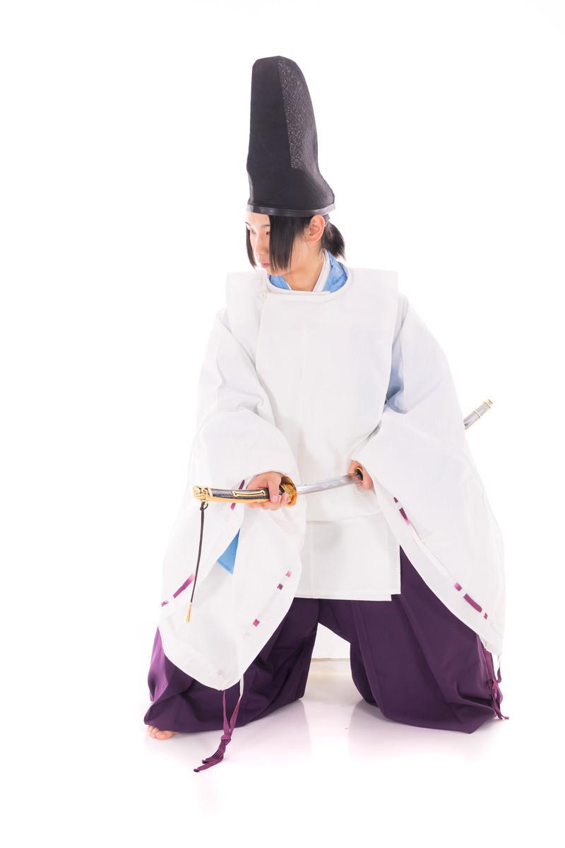 「抜刀する装束の男性」の写真[モデル:まーこ]