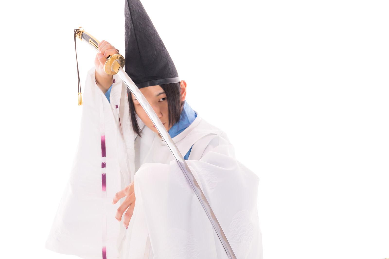 「毛抜形太刀を構える陰陽師」の写真[モデル:まーこ]