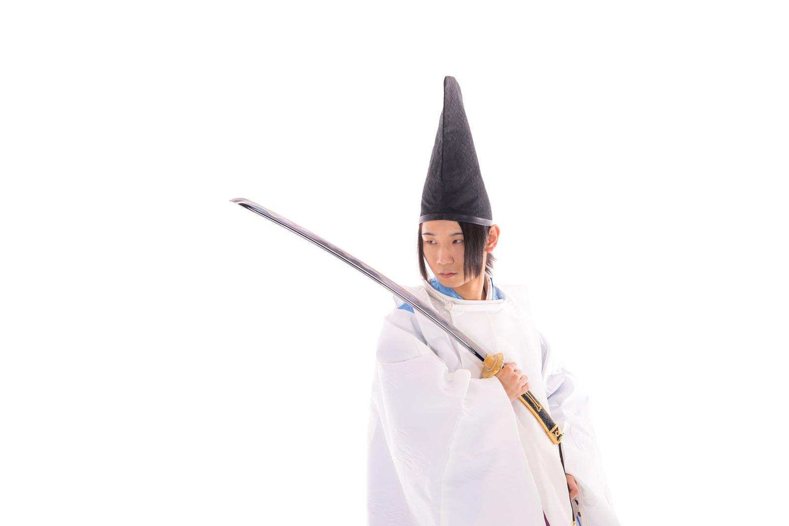 「毛抜形太刀を持ち臨戦態勢の狩衣男子」の写真[モデル:まーこ]