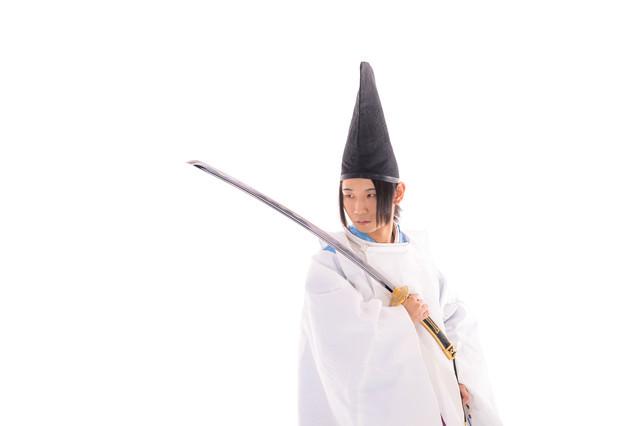 毛抜形太刀を持ち臨戦態勢の狩衣男子の写真