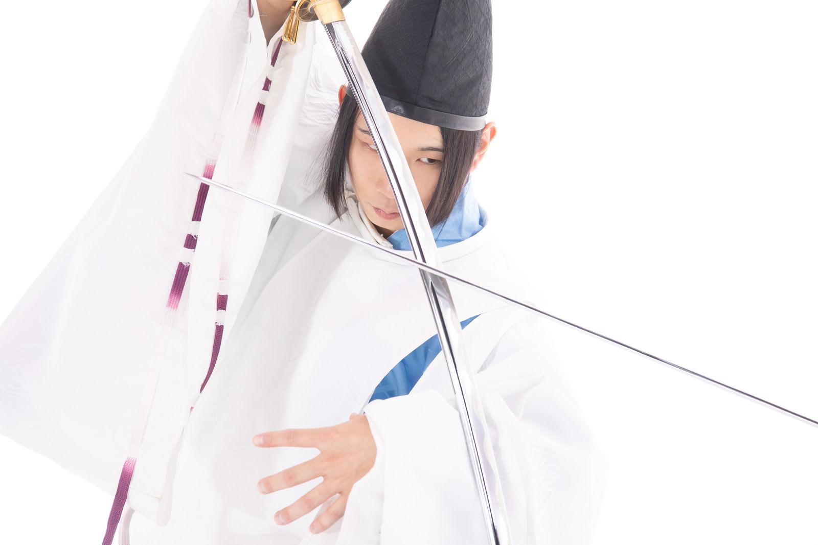 「斬撃を刀で防御する」の写真[モデル:まーこ]