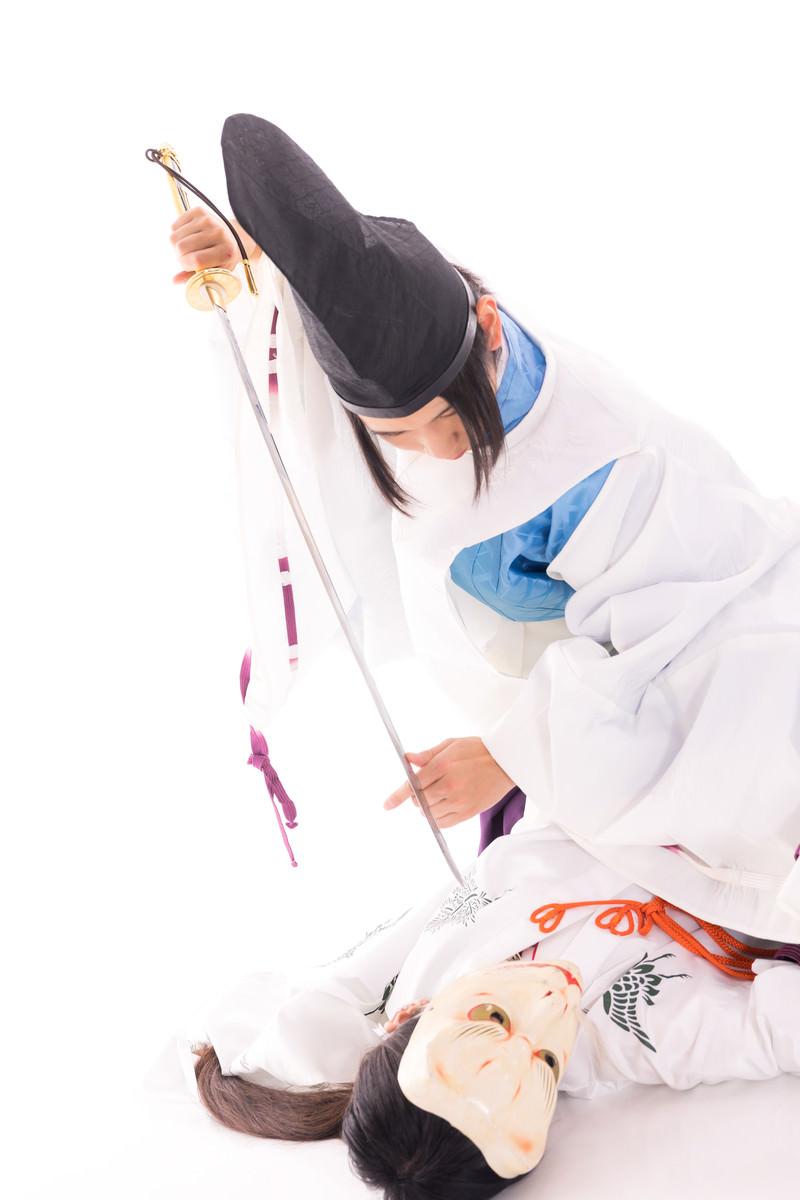 「物の怪にとどめを刺す剣士」の写真[モデル:まーこ]