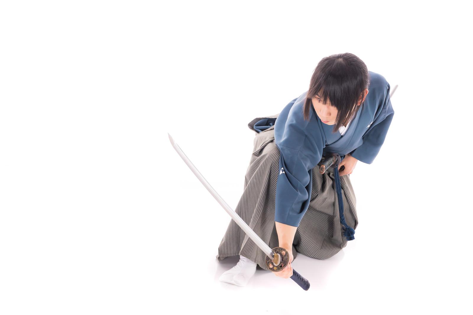 「座った状態から刀を抜く」の写真[モデル:まーこ]