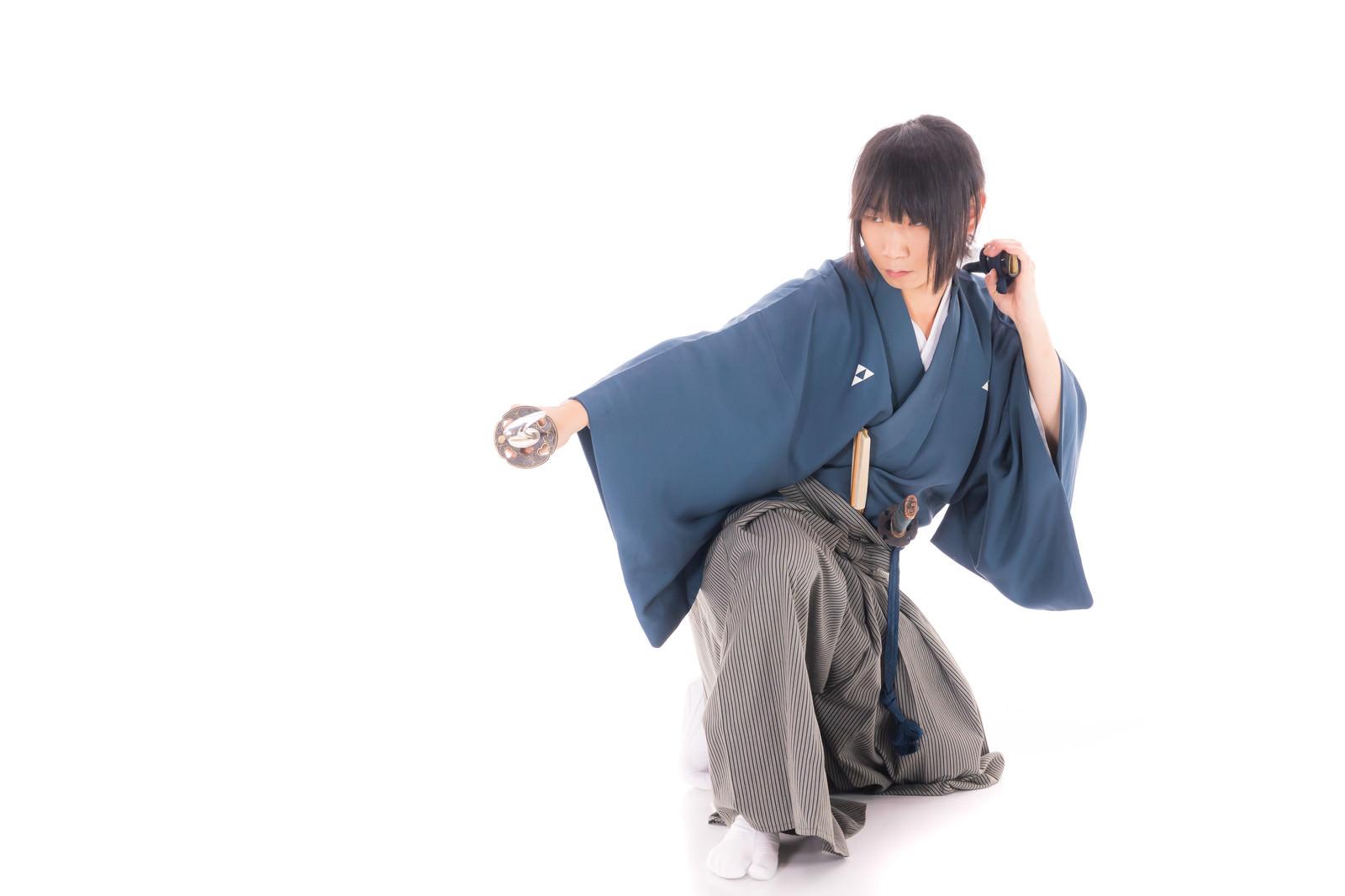 「刀の鞘も武器として使う侍」の写真[モデル:まーこ]